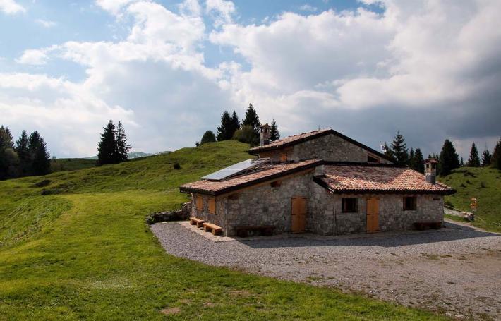 Rifugio baita monte alto gec genep gruppo for Rifugio in baita di montagna